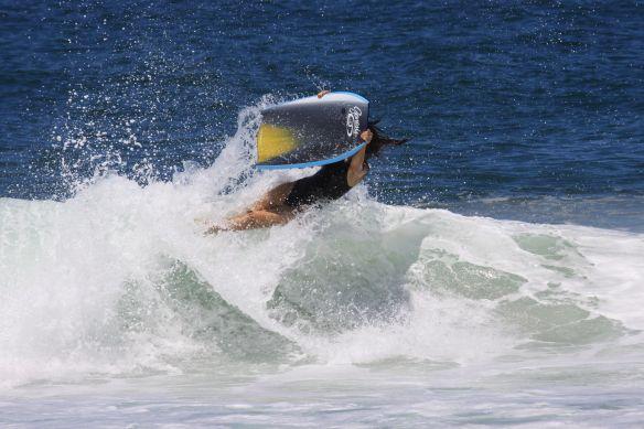 Camila voando de body board.