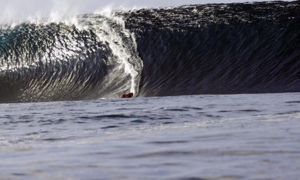 Rodrigo Koxa sendo puxado de tow-in por seu parceiro Vitor Faria em um dos maiores dias já surfados da história de Teahupoo. Foto: Akiwas