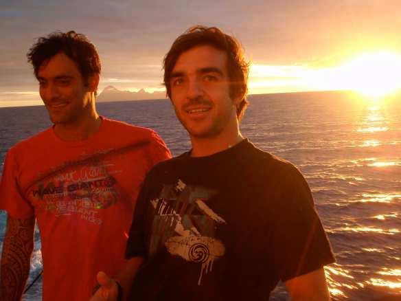 Vitor Faria e Rodrigo koxa em um barco cargueiro.