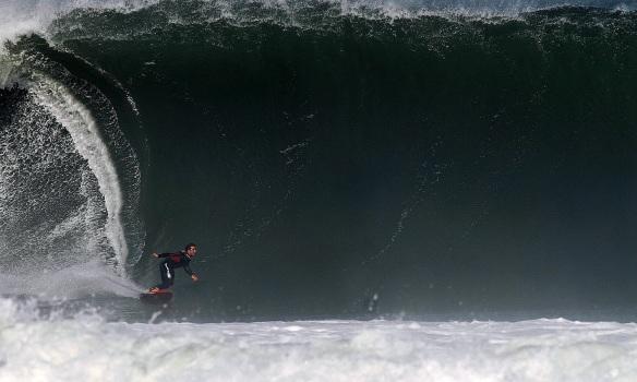 Rodrigo Koxa preparando o tubo em dia de ondas grandes em Maresias. Foto: Anselmo Venansi (Big Dog)