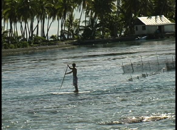 Koxa com seu SUP na ilha.