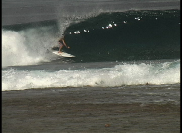 Rodrigo Koxa em uma onda perfeita na Polinesia Francesa
