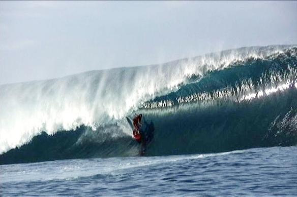 Big rider Rodrigo Koxa em um mega tubo em Teahupoo. Imagem: Gustavo Camarão.
