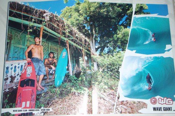 """A duplade Big Riders Rodrigo Koxa e Vitor Faria """"Anúncio Wave Giant nas revistas"""" Teahupoo."""