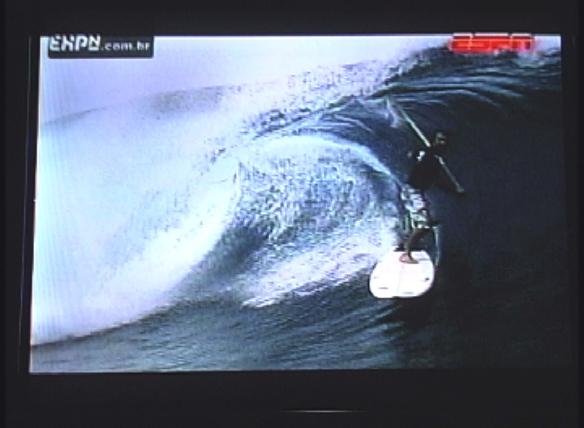 Rodrigo Koxa entubando de Stand Up Paddle em Teahupoo 2009