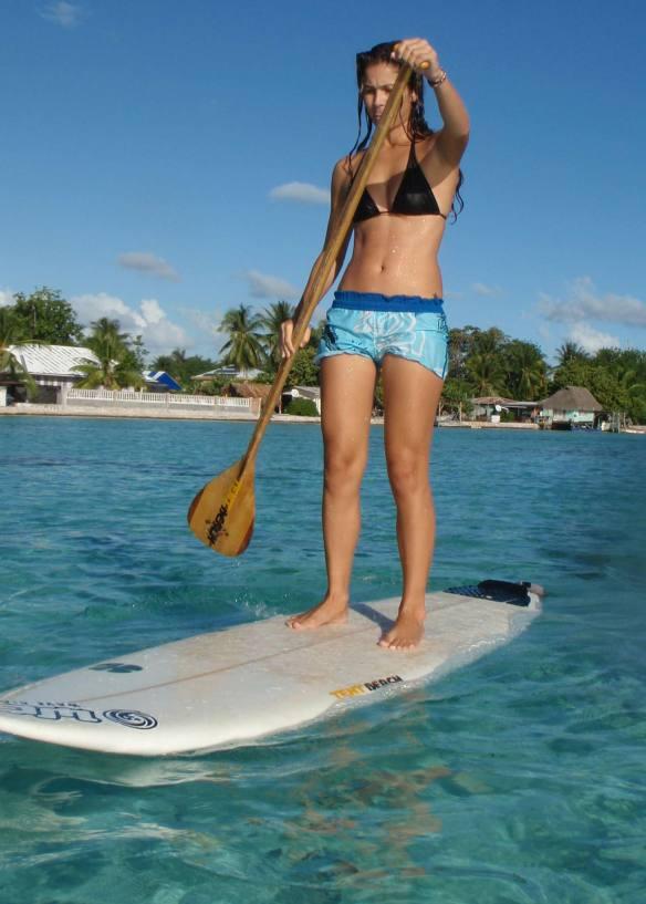 A vídeo maker Aline Cacozzi desfrutando com Stand Up Paddle a Polinésia Francesa.