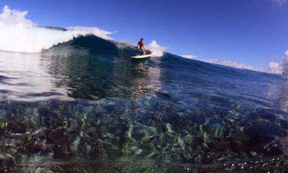 Rodrigo Koxa em rasgada de SUP em cima dos corais. Foto: Akiwas/wg