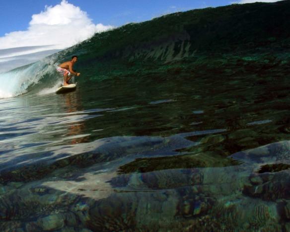 Rodrigo Koxa de SUP em cima do recife de coral. Foto: Akiwas/wg