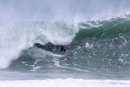 Rodrigo Koxa acelerando em tubo NOTA 10.  FONTE: waves.com.br Foto: Munir El Hage.