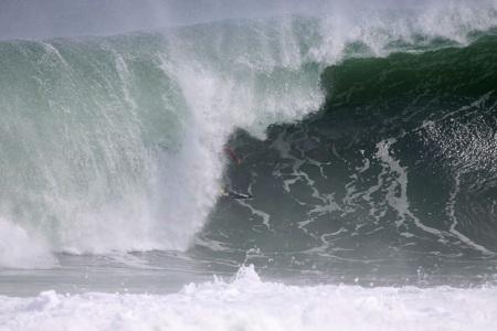 Rodrigo Koxa lá dentro em tubo nota 10. FONTE: waves.com.br foto:Gil Hanada