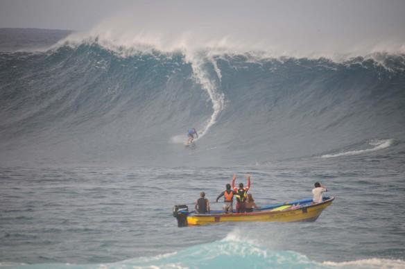 Alemão de Maresias na Bomba de Rapa Nui sendo puxado por Koxa. Foto:Akiwas