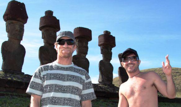 Alemão e Koxa com os Moais de Rapa Nui. Foto:Akiwas