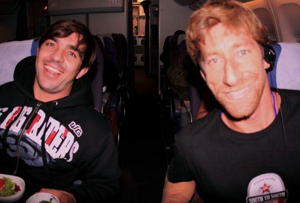 Rodrigo Koxa e Alemão de Maresias a caminho do big swell em Rapa Nui. Foto:Akiwas