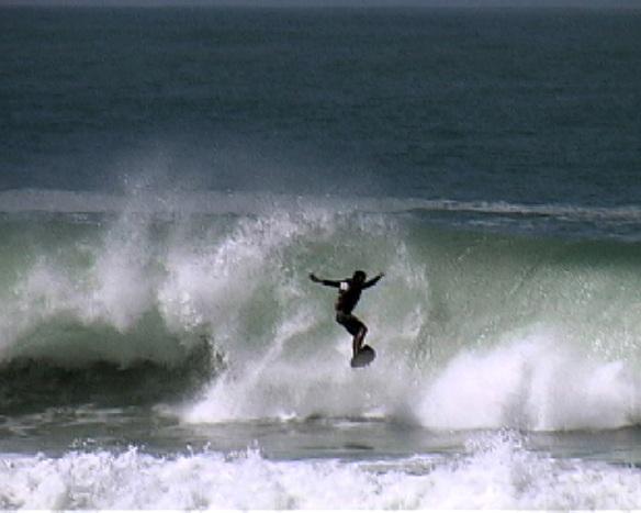 Rodrigo Koxa voando do floater em Maresias. Seq.4