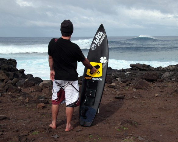 Rodrigo Koxa admirando a energia do swell chegando em Rapa Nui. Foto: Akiwas