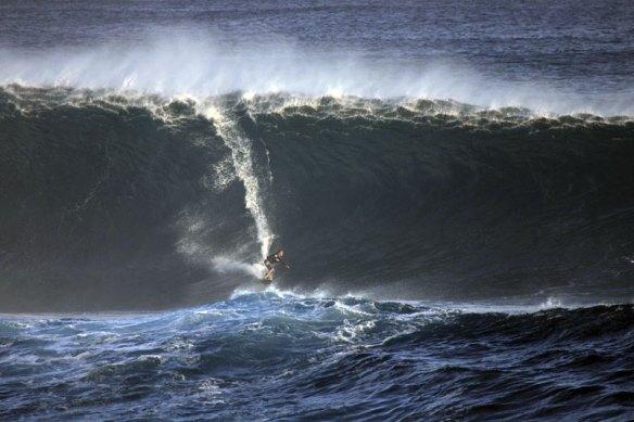 Rodrigo Koxa na bomba de Rapa Nui sendo puxado por Alemão de Maresias. Foto:Akiwas