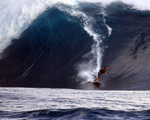 Rodrigo Koxa acelerando para a segunda sessão em Rapa Nui. Sendo puxado por Alemão. Foto:Akiwas