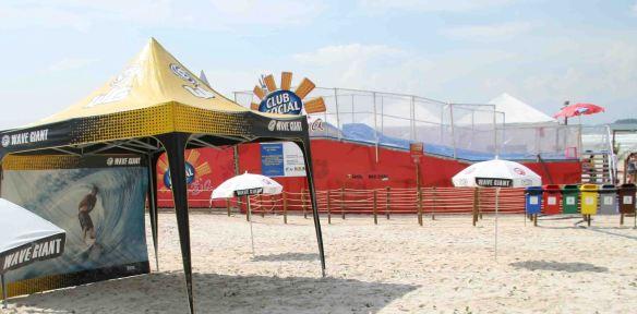 Máquina de ondas em piscina na praia da Enseada-Guarujá