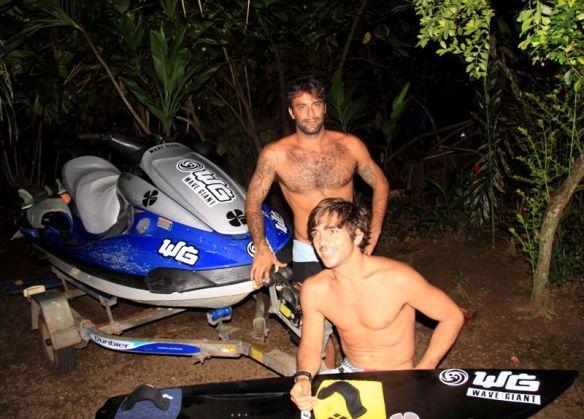Vitor Faria e Rodrigo Koxa contam com a estrutura que montaram no Tahiti para surfarem os próximos dias de ondas gigantes em Teahupoo.
