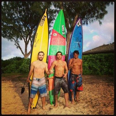 Akiwas, Heitor Pereira e Rodrigo Koxa após session de remada em Outer Reef, Hawaii.
