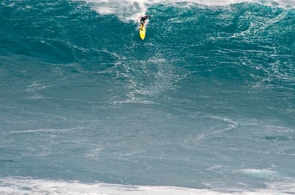 Rodrigo Koxa em sua primeira sessão surfando JAWS na remada. 22/12/2012 Foto:Bidu