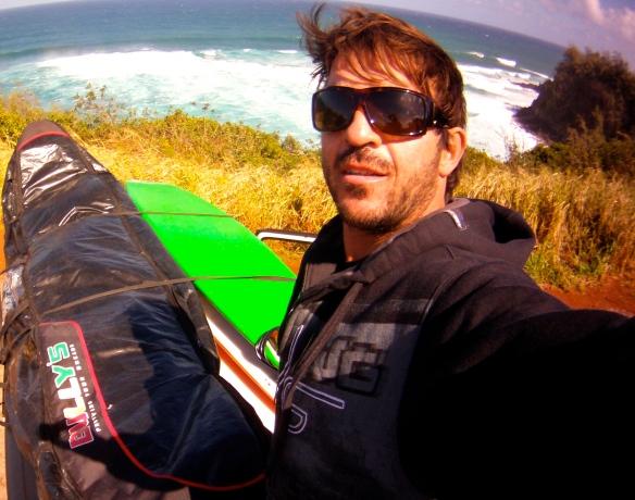 Rodrigo Koxa em cima do CLIFF de JAWS com sua capa Bully`s 10`6. Foto:XTRAX