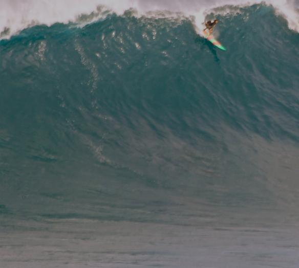Rodrigo Koxa dropando uma bomba em JAWS com sua 10'5. Foto:Eric Prost