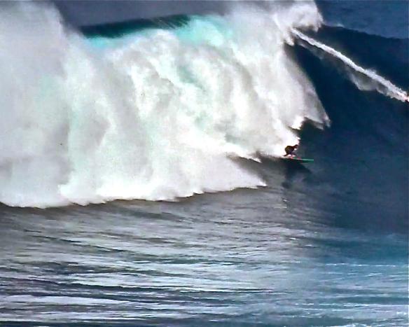 Rodrigo Koxa cavando para escapar do espumero de JAWS. Foto: Aline Cacozzi