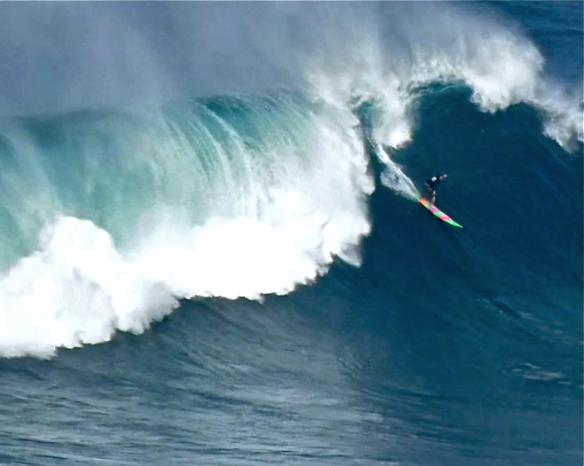 Rodrigo Koxa completando air drop na esquerda de Jaws. Foto:Aline Cacozzi