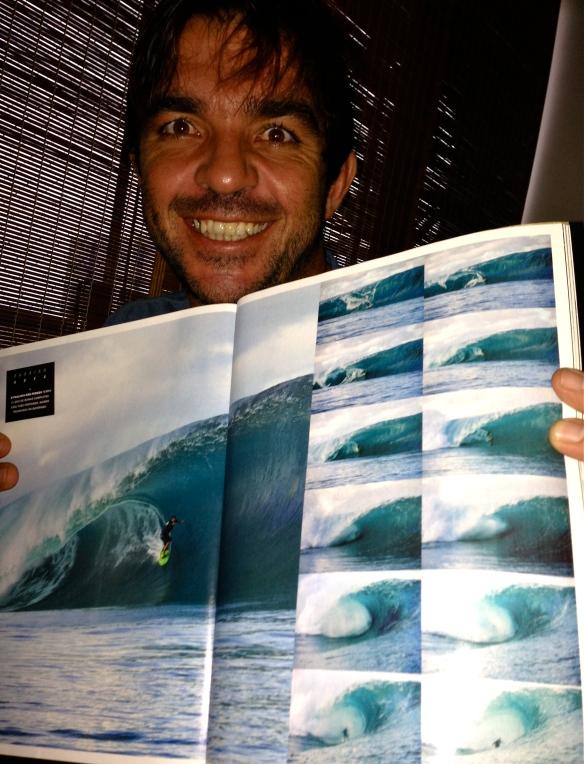 Rodrigo Koxa em página dupla com a sequencia completa do tubo que surfou na manha do big swell. Foto:FredPompermayer