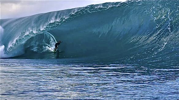 Rodrigo Koxa numa bomba surfada pela manha durante o big Teahupoo. Foto:HugoTauru