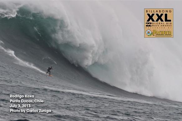 Rodrigo Koxa sendo puxado por Alemão de Maresias concorrem ao premio XXL após surfarem o maior swell dos últimos tempos. Foto:CarlosZuniga