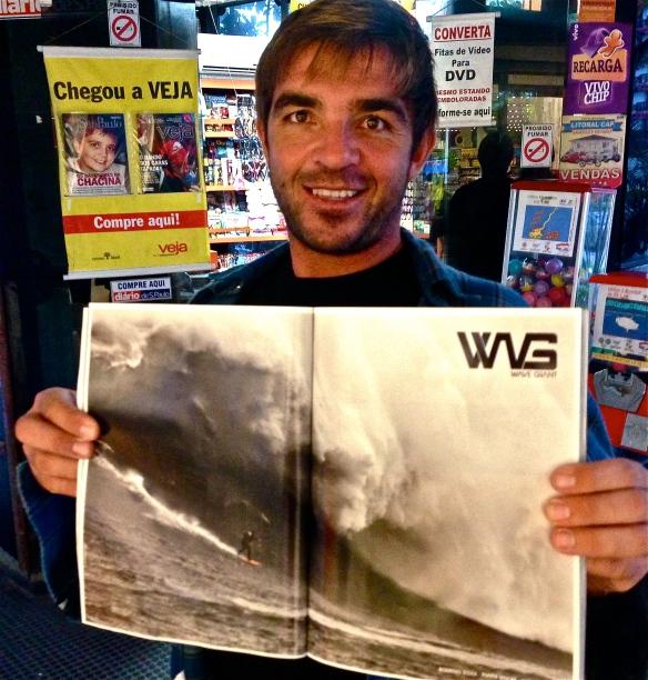 Rodrigo Koxa comprando a revista FLUIR com o anúncio WG Wave Giant do Chile.