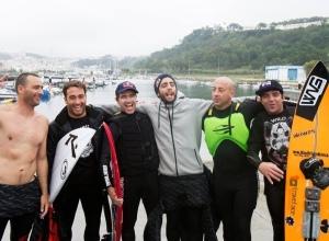 """Eric Rebiere, Felipe """"Gordo""""Cesrano, Pedro Scooby, Carlos Burle, Sylvio Mancusi e Rodrigo Koxa após a big session em Nazaré, 28 de novembro de 2013."""