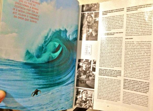 Rodrigo Koxa em página dupla na revista Hardcore de outubro com Teahupoo. Foto: Fred Pompermayer.