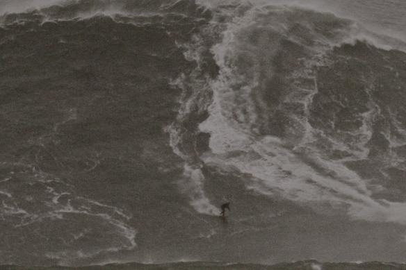 Rodrigo Koxa descendo uma avalanche de água em Nazaré, Portugal em 28 de outubro de 2013. Foto Anselmo Venansi