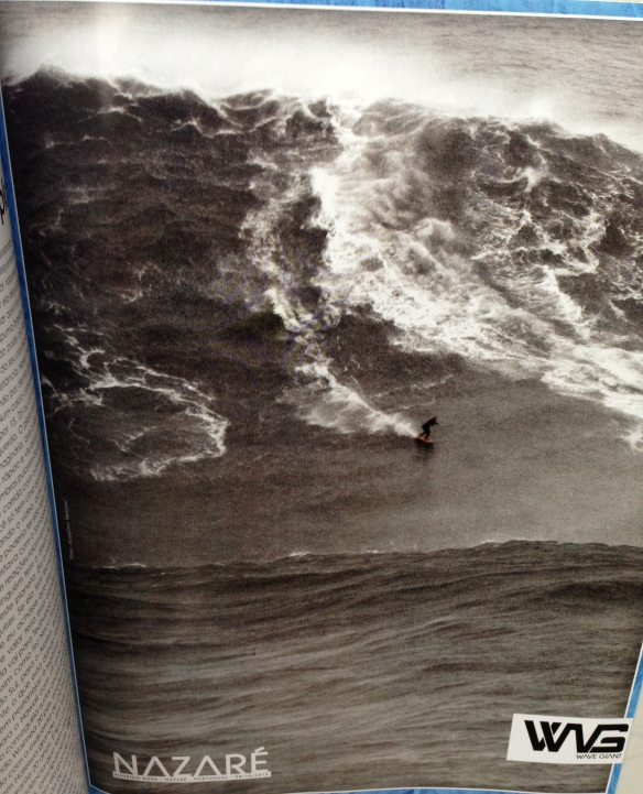 Rodrigo Koxa na revista Fluir de novembro em anúncio WAVE GIANT. Foto: Anselmo Venansi