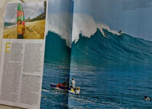 Rodrigo koxa dropando JAWS na remada Hawaii em pagina dupla revista Fluir mes de março de 2013 foto brent bielmann