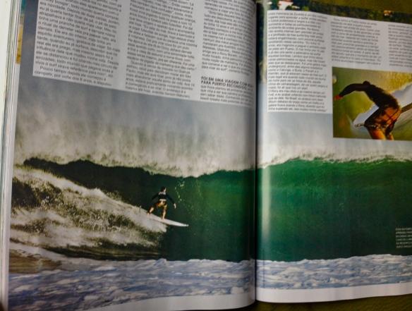 Rodrigo Koxa em página dupla na Revista Fluir de março de 2013 com duplo angulo em Puerto Escondido, México. Foto: Fred Pompermayer e com sua câmera XTRAX
