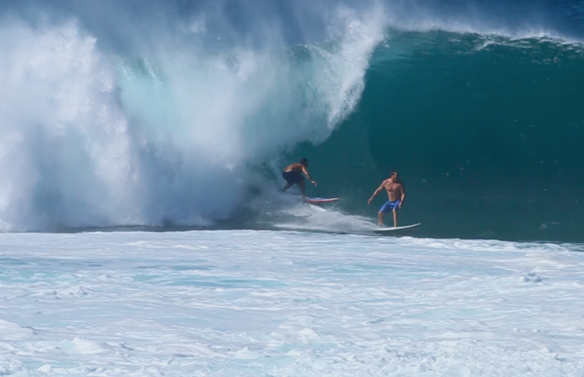 Rodrigo Koxa sharing one more wave in Pipeline. Dividindo mais onda em Pipe. Frame: aline Cacozzi