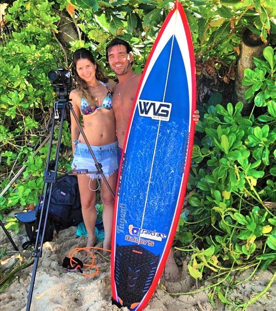 Rodrigo Koxa e a sua mulher filmaker Aiine Cacozzi em Pipeline. 21 de dezembro de 2013. Foto: Daniela Carneiro.