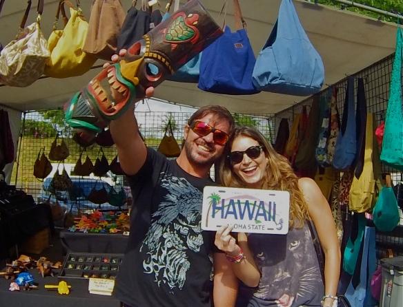 Rodrigo Koxa e Aline Cacozzi no swap meeting (feira de compras) Hawaii. Foto: XTRAX