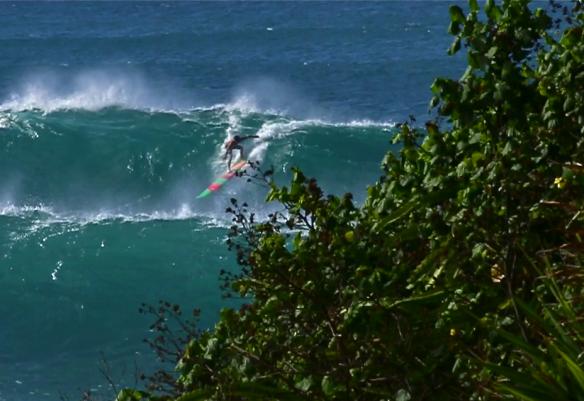 Rodrigo Koxa aproveitando os últimos dia do ano de 2013 em Waimea. Foto:Aline Cacozzi