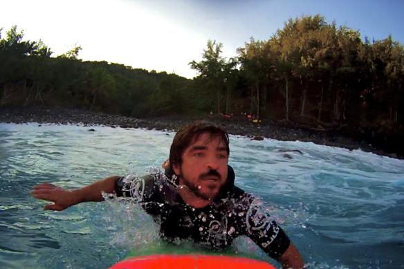 Rodrigo Koxa entrando pelas pedras em Jaws. Foto: Xtrax