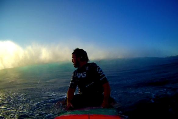 Rodrigo Koxa observando a série passando do line up de Jaws. Foto: XTRAX
