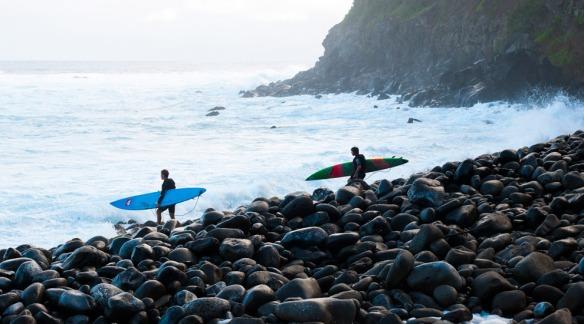 Rodrigo Koxa e Koa Rothman entrando pela pedras em Jaws. Foto: Pedro Gomes/ Surfline.