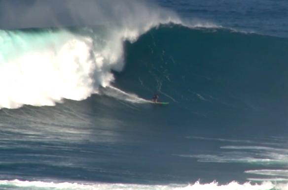 Rodrigo Koxa cavando em Jaws com sua 10'5. 19/1/2014. Foto: Pure Digital Maui.