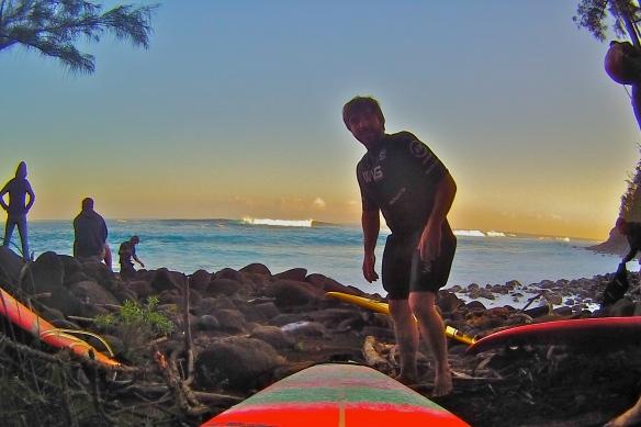 Rodrigo Koxa pronto para entrar em Jaws na remada durante as primeiras horas do dia. Foto: XTRAX
